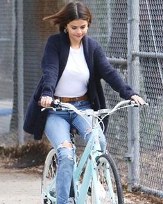 Selena Gomez takes a bicycle ride in LA amid break from Justin Bieber Estilo Selena Gomez, Selena Gomez Outfits, Selena Gomez Style, Selena Selena, Casual Outfits, Cute Outfits, Fashion Outfits, Justin Bieber, Cycle Chic