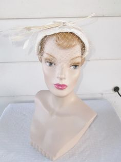 Please like my Facebook Page http://www.facebook.com/MyVintageHatShop for exclusive discounts and promotions.  Lovely vintage hat from the 50s.