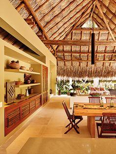 La biblioteca de la zona social tiene puertas de madera macana, iguales a las de la cocina –utilizada para unir o independizar dicho ambiente–. Bamboo House Design, Tropical House Design, Hut House, Bali House, Filipino House, Tropical Beach Houses, Traditional House, Exterior Design, House Plans