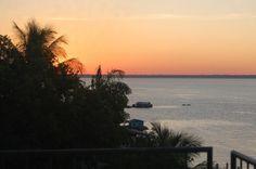 Cercado de praias e com um belo cenário ao entardecer, o Lago de Tefé (AM) possui uma paisagem deslumbrante. Leia mais sobre a cidade de tefé no Blog Destino Brasil: blog.turismo.gov.br