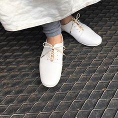 全ての工程を職人が一足一足丁寧に作り上げた毎日履きたくなる履き心地とデザイン。 #スリッポン #レディースシューズ #ぺたんこ靴 #スリッポンレディース #靴 #本革 #日本製 #unjourスリッポン Sperrys, Sneakers, Base, Shoes, Fashion, D Day, Tennis, Moda, Slippers