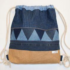 Resteverwertung und Jeans-Upcycling für einen stabilen Turnbeutel als Rucksack. Als Boden wurde Snappap verarbeitet, der dem Rucksack Halt gibt.
