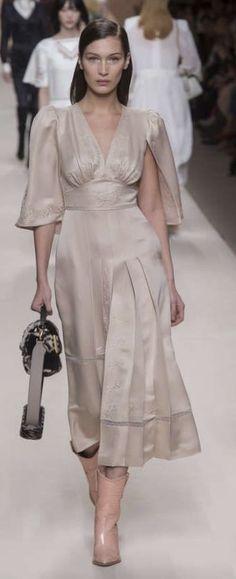 Pinterest: Jonida Ripani Fendi Fall 2018 - Milan Runway Fashion, Fashion Beauty, Fashion Outfits, Womens Fashion, Retro Fashion, Vintage Fashion, Batik Fashion, Mode Vintage, Elegant Outfit