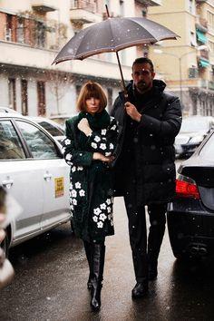 Fotos de street style en Milan Fashion Week: Anna Wintour con abrigo de Prada