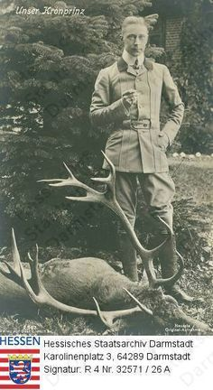Wilhelm Kronprinz v. Preußen (1882-1951) / Porträt in Jagdkleidung vor Tannenbaum stehend, zu seinen Füßen ein toter Hirsch liegend - Deutsche Digitale Bibliothek