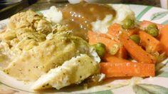 Pechuga de pollo al horno con pure de papa acompanada de zanahorias y chicharos ala naranja.