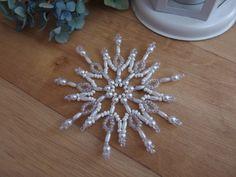 Star And White, Hvězda I bílá Vánoční třpytivá hvězda vyrobená z korálků - rokajl. Průměr hvězdy 10 cm. Hvězdičky vypadají pěkně jak na vánočním stromečku, tak zavěšené v okně, nebo jako ozdoba na vánočním balíčku. Ke každé objednávce malý dárek ZDARMA!