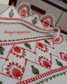 Satın almak isteyen Dm'den ulaşabilir❤ KESİNLİKLE ALINTI YAPİP SAYFANİZDA PAYLAŞMAYIN! Lace Making, Baby Knitting Patterns, Crochet Bikini, Blanket, How To Make, Satin, Towel Bars, Crochet Table Runner, Towels