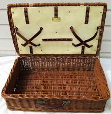 Vintage picnic basket Vintage Picnic Basket, Wicker Picnic Basket, Picnic Set, Cup And Saucer, Plates, Licence Plates, Dishes, Griddles, Dish