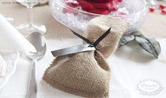 Hessian favor æske eller pose - her med bordkort bundet omkring for et flot rustikt look. Rustik bryllup pynt - Vintage wedding decorations