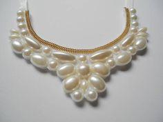 Maxi colar feito com pérolas e corrente dourada. R$ 40,00