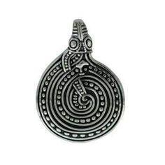 Vedhæng. Slange. Bronze: 100 kr.  33 x 23 mm -   Findested: Nordfjord/Norge. Iflg. mytologien havde den central  betydning for vikingerne: Dens ham- skifte gjorde den udødelig, og som  portvagt til underverden kunne den  bevogte værdierne. Den var meget  populær i fremstillingen af smykker  og kunst, da den kunne formes som  cirkel, firkant mm., vigtige symboler  i troen.  Amulet for magt og styrke.