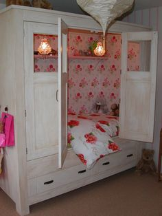 Child's bed in a cabinet. Home Bedroom, Girls Bedroom, Bedrooms, Bed Nook, Box Bed, Home Room Design, Shabby Cottage, Kid Beds, House Rooms