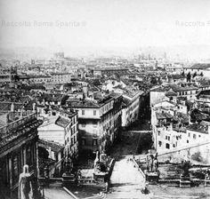 Piazza Ara Coeli vista dalla Torre del Palazzo Senatorio prima degli sventramenti effettuati tra l'800 e il '900 Anno: 1862 'ca Paris Skyline, Black And White, Travel, Tower, Photos, Italia, Viajes, Black White, Trips