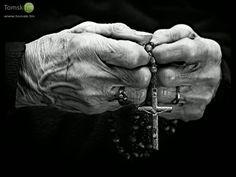 Старая женщина руки с Молитва Розария - Стоковое фото juanrv…