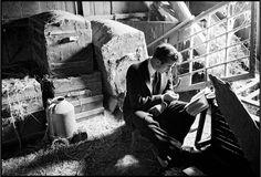 .. reading in a quiet spot at Winslow's farm, Fairmount, Indiana, 1955 (© Dennis Stock/Magnum Photos/Agentur Focus)
