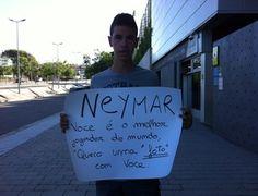 Joan, torcedor de 13 anos, mostra cartaz com pedido (Foto: Claudia Garcia / GloboEsporte.com)29/07/2013.
