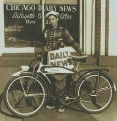 Chicago Daily News paperboy and his Schwinn bicycle in The Daily News was an afternoon edition. Ai Weiwei, Old Bicycle, Old Bikes, Bicycle Women, Vintage Photographs, Vintage Photos, Vintage Year, Funny Vintage, Vintage Diy