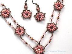 Set di gioielli di beadweave dettagliate che ricorda di epoca rinascimentale. Questa bella serie di collana di perle seme rinascimentale è grassetto ancora parla di romanticismo di unepoca passata. Una serie di gioielli di beadweaving versatile che può essere indossata con jeans casual o più eleganti dabbigliamento.  Collana: 17 con unYaggiuntivi scendono di circa 3 1/2. Orecchini di perline: penzolare 1 1/2 sotto il lobo dellorecchio.  *********************************** MORE JEWEL...