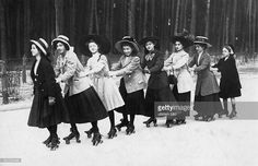 Sport & Spare time Women roller skating in a row (probably Berlin) - 1910 -