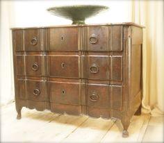 18th century walnut chest of drawers, Rhone valley, genuine, pure, elegant .... a true gem ....