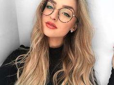 Oui, clairement, l'uniforme d'hiver de l'influenceuse est sans conteste le col roulé qu'elle décline... - Instagram, Alicia Moffet Makeup Tips, Hair Makeup, Womens Glasses Frames, Lunette Style, Girlie Style, Cool Glasses, Fashion Eye Glasses, Girls With Glasses, Hair Beauty