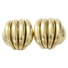 Vaubel Chunky Wire Button Clip Earrings ($550) ❤ liked on Polyvore featuring jewelry, earrings, gold plated jewelry, vaubel jewelry, 14k earrings, 14 karat gold earrings and vaubel