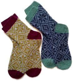 Sokkene passer til en middels damefot. Sokkene på bildet er ca. størrelse 39, men det kan enkelt tillpasses ved å justere lengden og/eller strikkefastheten (forklart under).