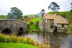 """Viajar pelo fantástico mundo de Hobbiton - Os fãs de """"O Senhor dos Anéis"""" e de """"O Hobbit"""" vão pirar! A Nova Zelândia é conhecida como…"""