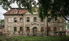 Pałac w Jerzmanowej wzniesiony na przełomie XVI i XVII w. dla rodziny von Loss.  W pałacu był zakwaterowany generał Marchand oraz marszałek Mortier książę Trewizy dowódca Młodej Gwardii. Miało to miejsce w 1808 r. podczas kampanii napoleońskiej. Na koniec XIX wieku właścicielem był Herman Moderow. Od 1910 do 1945 r. był nim hrabia Stanisław Hoyos. Obecnie - własność prywatna.