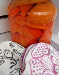 Appelsiininen etikka siivoukseen muuttaa käsityksen etikkasiivouksesta. Appelsiininkuoret lisäävät etikan siivoustehoa ja ja mikä parasta, saavat etikan tuoksumaan appelsiineilta. Own Home, Sweet Home, Cleaning, Home Decor, Xmas, Christmas, Prom Dresses, Money, Random