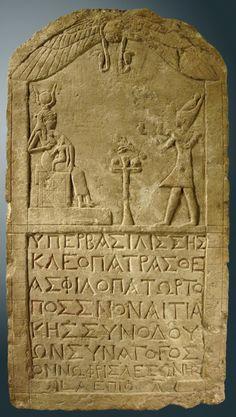Estela tallada en caliza representando a CLEOPATRA VII ataviada como un faraón, última gobernante de la antigua civilización egípcia, presentando ofrendas a la diosa ISIS sentada en su trono. Hacia el año 51 a.C.