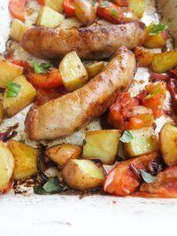 LInguiça assada com tomate, cebola e batata - É só colocar tudo na travessa e deixar o forno fazer o trabalho todo.