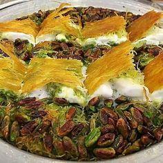 ο καταϊφι και ανακατεύουμε καλά να πάει παντού. Αλείφουμε ένα μικρό τηγάνι με λίγο ( αγελαδινό) βούτυρο. Τηγανίζουμε το καταϊφι μέχρι να ροδίσει και να ξεροψηθεί γυρίζοντας το και από τις δύο μεριές,όπως κάνουμε στο κιουνεφέ. ( Δείτε Puff Pastry Desserts, Greek Desserts, Greek Recipes, Middle Eastern Desserts, Best Sweets, Greek Cooking, Miniature Food, Food Videos, Dessert Recipes