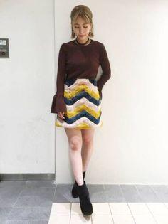 シーズンムードを盛り上げるエコファースカート☆  フレアな広がりが可愛らしいトレンドのニットトップスに、カラフルな配色のエコファースカートを合わせた秋コーデ☆