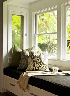 Window seat with pillows  Raambank met opberglades en dik kussen.