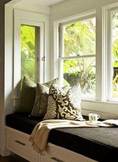 Window seat with pillows  Raambank met opberglades en dik kussen.