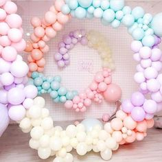 Create a show-stopping balloon garland in 5 easy steps - Balloon Decorations 🎈 Balloon Display, Balloon Backdrop, Balloon Wall, Balloon Garland, Balloon Decorations, Baby Shower Decorations, Deco Ballon, Ballon Arch, Idee Baby Shower