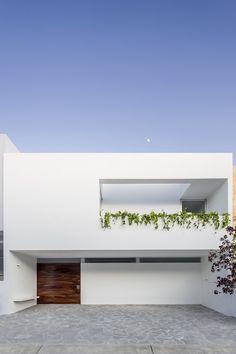 V Haus von Abraham Cota Paredes Arquitectos in Guadalajara, Mexiko Minimal Architecture, Modern Architecture House, Residential Architecture, Modern House Design, Architecture Design, Chinese Architecture, Futuristic Architecture, Facade Design, Exterior Design