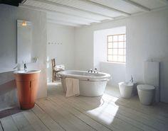 Wooden Bathroom Flooring Ideas with White Ceramic Bathtub for Modern Rustic Bathroom Design Rustic Bathroom Designs, Rustic Bathroom Decor, Wooden Bathroom, Rustic Bathrooms, Modern Bathroom Design, Bathroom Interior, Small Bathroom, Bathroom Ideas, Barn Bathroom