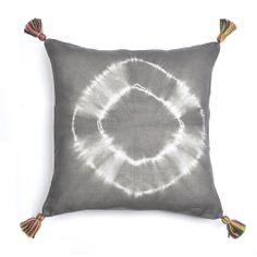 Almohadón FREE BATIK Gris. 100% lino. Teñido batik color gris topo. Aplique en lana y cuero. Cierre trasero con botones. Medida 45 x 45 cm.