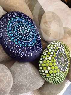 Hand painted dot art rock ©Willabees pebble