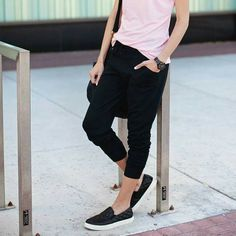 38 Casual & Elegant Spring Outfit Ideas with Jogger Pants Pants Outfits, Mode Outfits, Fashion Outfits, Women Joggers Outfit, Black Joggers Outfit, Black Slip On Sneakers Outfit, Jogger Pants Outfit, Casual Sneakers, Simple Outfits
