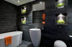 salle de bain graphique avec carrelage gris, parement ardoise et sanitaire blanc
