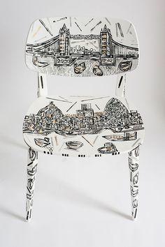 El jóven artista británico Ben Mosley pinta monumentos británicos e italianos en los muebles Novamobili