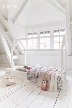 Wit bedhuisje van Petite Amélie met Petite Amélie matras, dekbed en dekbedovertrek 'Apachu' #juniorbed #peuterbed #kinderbed #bedhuisje #huisjesbed http://www.petiteamelie.nl