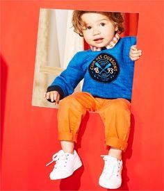 Tenue bébé garçon Petit Bateau pour le printemps - Pantalon en gabardine orange, sweat bleu matelassé, tennis blanches