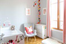 la chambre bebe de Lucile : j'aime la guirlande lumineuse et l'association peinture grise/parquet/accessoires rose