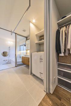 森西の家 | WORKS WISE 岐阜の設計事務所 Laundry Room Bathroom, Bathroom Toilets, Laundry Room Design, Japan House Design, Sister Home, Living Room Red, Fashion Room, Apartment Interior, House Plans