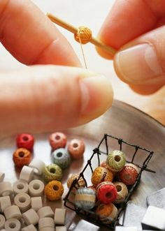 Work in progress - miniature yarn balls. オチビッツ/ ochibits by Ako ( inspiration: miniature knitting yarn {The patience you have to have for making mini's. Crochet yarn balls - beads, thread, dowel to fit inside bead hole, glue Thread coveted bea Dollhouse Miniature Tutorials, Miniature Crafts, Miniature Dolls, Diy Dollhouse Miniatures, Miniature Furniture, Doll Furniture, Trendy Furniture, Vitrine Miniature, Mini Craft